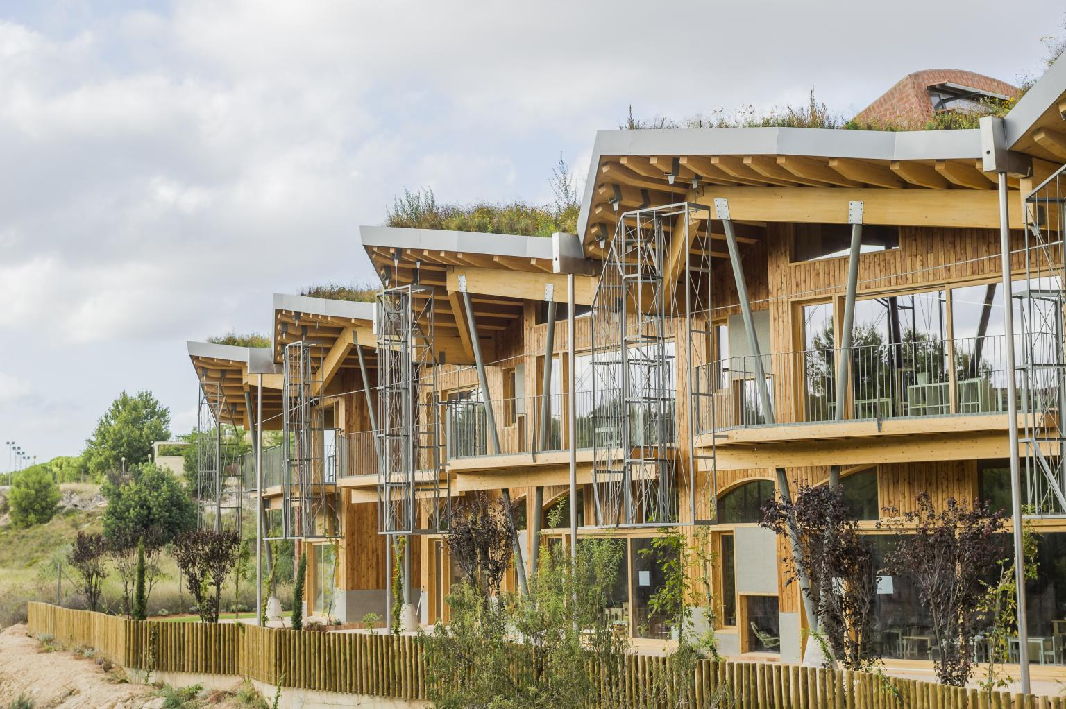 fachada escuela sostenible